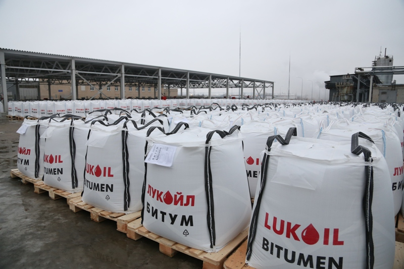 ЛУКОЙЛ запустил производство дорожного битума с увеличенным сроком службы