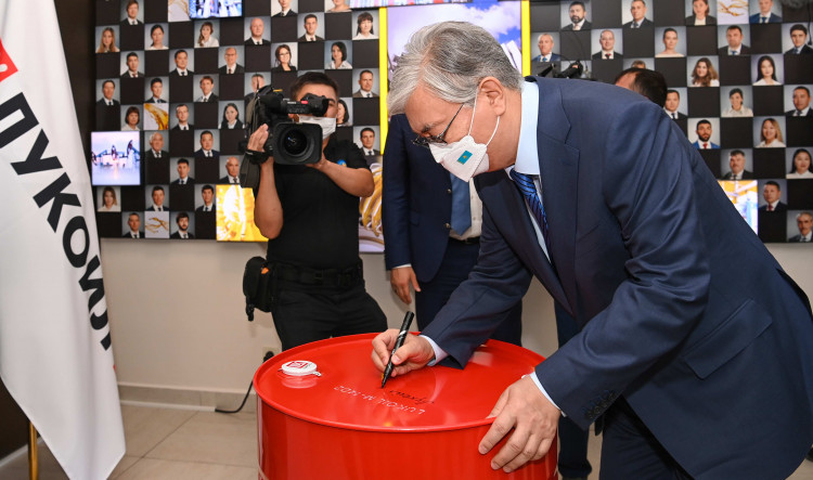 Президент посетил ТОО «Лукойл Лубрикантс Центральная Азия»